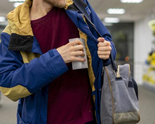Шоплифтинг: как предотвращать магазинные кражи?